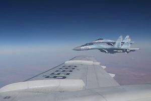 Su-35 hộ tống máy bay chở Bộ trưởng Quốc phòng Nga tới Syria