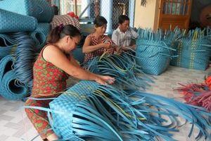Tăng thu nhập từ nghề đan giỏ ny-lon