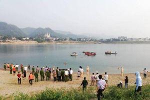 Rủ nhau ra sông tắm, 8 học sinh chết đuối thương tâm