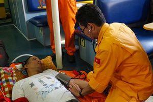 Vượt biển xuyên đêm cứu thuyền viên nước ngoài gặp nạn