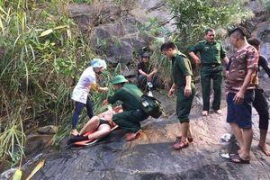 Cứu hộ du khách người Anh gặp nạn khi đi phượt ở thác nước