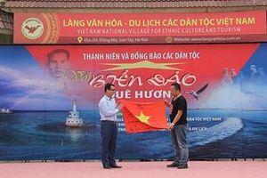 Đồng bào 13 dân tộc tham dự chương trình 'Biển đảo quê hương từ đất liền yêu thương'