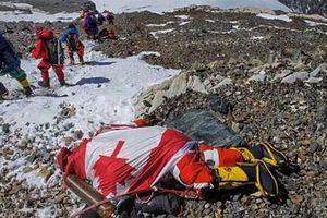 Trái đất nóng lên, băng tan trên đỉnh Everest để lộ ra hàng trăm thi thể
