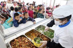 Rúng động thực phẩm bẩn, hiệu trưởng phải ăn cùng học sinh