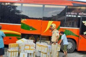 TPHCM: Bắt giữ gần 800kg nem, chả vận chuyển lậu trên xe khách