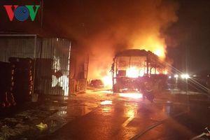 Hiện trường xe khách bốc cháy dữ dội trên Quốc lộ 1A