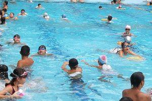 4 lưu ý của bác sĩ da liễu khi đi bơi mùa nắng nóng