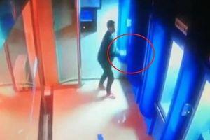 Cãi nhau với vợ, người đàn ông TQ dùng gạch đập liên tiếp 4 máy ATM