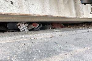 Xe đầu kéo nổ lốp khiến container phía sau lật ngang đè chết 3 người đi đường