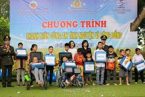 Tặng quà cho hơn 100 em học sinh khuyết tật