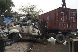 Xe container mất lái, bất ngờ đâm sập 3 cửa hàng ở Hải Dương