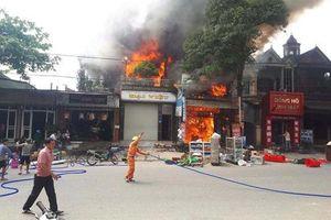 Hà Tĩnh: Cháy lớn, người dân ném hàng trăm chai nước cứu hỏa
