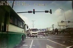 Phạt 7,5 triệu đồng, tước bằng lái tài xế xe buýt vượt đèn đỏ suýt gây tai nạn