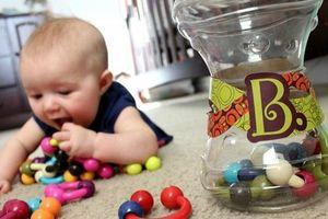 Bác sĩ mổ bất ngờ phát hiện miếng nhựa xuyên đường thở bé trai
