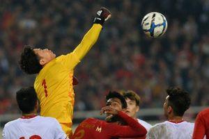 U23 Việt Nam 0-0 Indonesia: Bùi Tiến Dũng vất vả đấm bóng