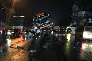 Xe khách lao lên dải phân cách, gần 40 hành khách hoảng loạn