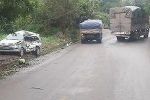 Xe Innova bị xe tải tông trực diện, 8 người thương vong