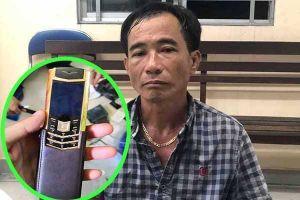 Cặp đôi đạo chích 'khoắng' điện thoại 1 tỷ đồng của đại gia đi lễ chùa