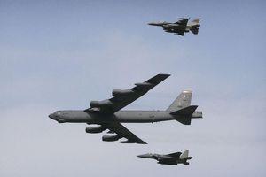 Tiêm kích Su-27 Nga rằn mặt pháo đài bay B-52H của Mỹ bay sát biên giới