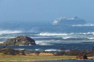 Hơn 1.300 hành khách phải sơ tán khẩn cấp khỏi tàu du lịch vì bão