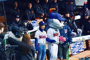 Nổi da gà với biểu cảm 'ngầu lòi' của ác nữ 'SKY Castle' - Kim Seo Hyung tại sân bóng chày