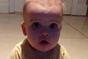 Phản ứng cực đáng yêu của em bé khi lần đầu ăn chanh