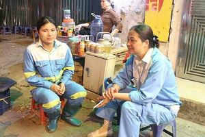 Nữ công nhân môi trường Hà Nội ngạc nhiên với trào lưu 'thử thách dọn rác' của giới trẻ