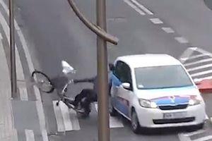 Tài xế ôtô đâm thẳng vào ông cụ đang đi xe đạp qua đường