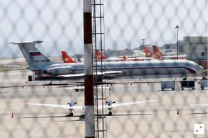Máy bay Nga chở tướng lĩnh và hàng trăm binh sĩ đáp xuống Venezuela