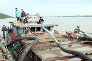 Bắt quả tang 2 tàu khai thác cát trái phép trên sông Hàm Luông