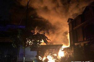 Cháy lớn tại kho chứa dầu ở ven TP.HCM, hàng trăm cảnh sát căng mình dập lửa trong đêm tối