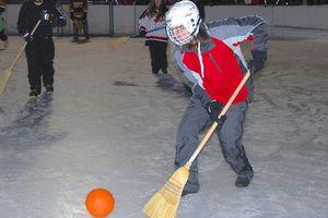 Chơi bóng bằng chổi và những môn thể thao ít thấy trong trường học