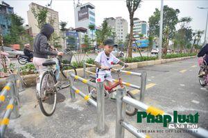 Dựng rào chắn ngăn xe máy trên làn bộ hành đường Láng