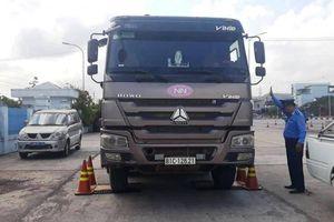 Tài xế xe quá tải bị 'sờ gáy': Kẻ bỏ chạy, người câu giờ gọi điện 'cầu cứu'