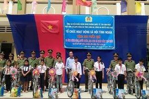 Công an Cửa khẩu Tân Sơn Nhất tặng quà gia đình chính sách và học sinh nghèo