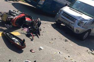 Xe máy va chạm kinh hoàng với ô tô khách, 2 vợ chồng nguy kịch