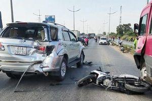 Tông mạnh vào xe Innova, 2 cha con ở Sài Gòn thương vong