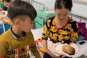 Cậu bé tự đạp xe mất phanh đi hơn 100km trong đêm tối để thăm em trai bị ốm