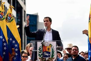Đang dừng đèn đỏ, xe ô tô của Tổng thống Venezuela tự phong bất ngờ bị tấn công