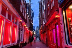 Amsterdam chấm dứt các hoạt động du lịch đến 'quận đèn đỏ' tại thủ đô Hà Lan