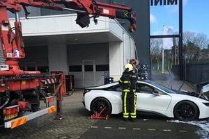 Cứu siêu xe đang cháy bằng cách… thả vào nước