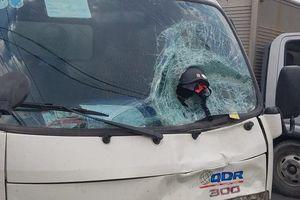 Hai vợ chồng thiệt mạng, mũ bảo hiểm dính chặt trên kính xe tải sau cú tông trực diện