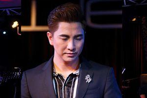 Nguyễn Khắc Huy bật khóc trên sân khấu sau 5 năm xa quê hương