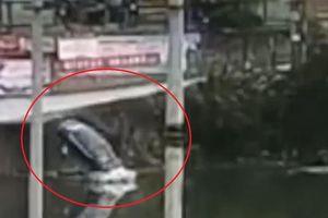 Tài xế đạp nhầm chân ga, ô tô bay thẳng xuống sông