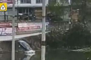 Đạp nhầm chân ga, tài xế lao thẳng ô tô xuống sông