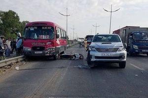 Tai nạn liên hoàn giữa xe máy và 2 ô tô, cha tử vong, con nguy kịch
