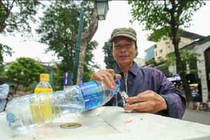 Người dân Hà Nội thích thú với trụ nước sạch uống tại vòi