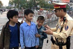Lang thang từ... Lào Cai về Hà Nội, 3 cháu bé được CSGT giúp đỡ