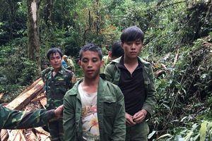 Nghệ An: Bắt giữ 2 đối tượng Lào khai thác lâm sản trái phép