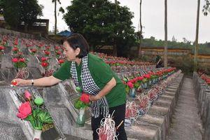 Đoàn cán bộ, văn nghệ sĩ TP HCM viếng nghĩa trang Vị Xuyên